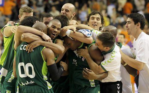 La plantilla de Unicaja celebra el triunfo tras el partido (ACB PHOTO/M.A.Polo)