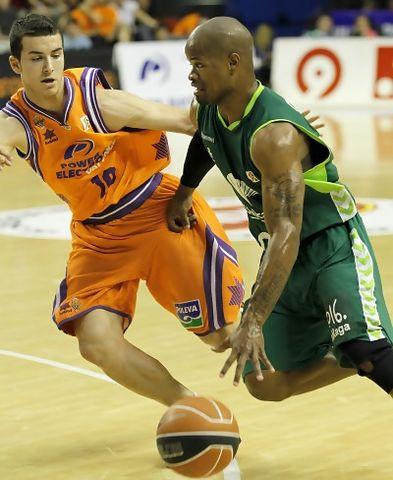 Omar Cook defendido por Simeón (ACB PHOTO/M.A.Polo)