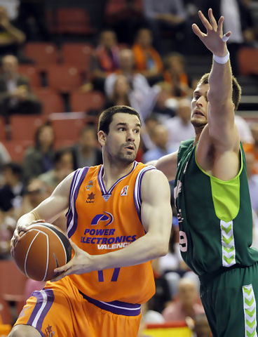 Rafa Martínez defendido por Joel Freeland (ACB PHOTO/M.A.Polo)