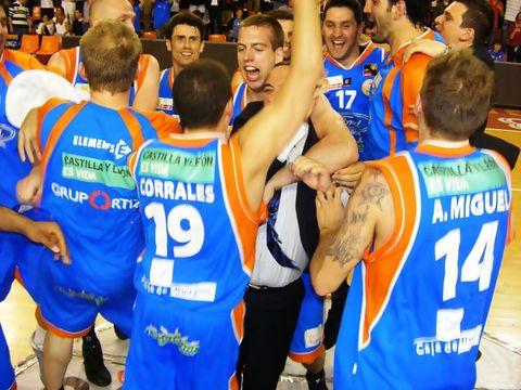 Los jugadores de Burgos festejan el pase con Andreu Casadevall (Foto: Pablo Romero)
