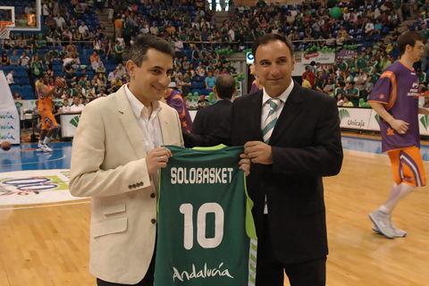 José María Benito recibe del Unicaja la camiseta conmemorativa de los 10 años de Solobasket.com (Foto: Álvaro Martínez)