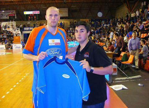 Zach Morley nos hizo entrega de la camiseta de Ford Burgos (Foto: Carlos M. Picazas)