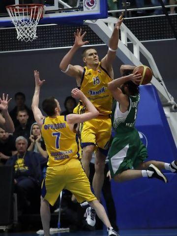 Javtokas amenaza con el tapón a Popovic (Foto: BC Khimki)
