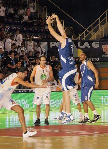 Perfecta suspensión de Juanma Ruiz en la F4 de Fuenlabrada (foto basquetmnaiàtic)