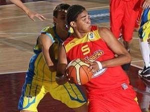 Michel Acosta posteando (foto FIBA Europe)