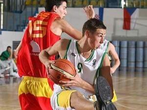 Jordi Mas no puede evitar el rebote de la estrella de la generación del 92, Jonas Valanciunas (foto FIBA Europe)
