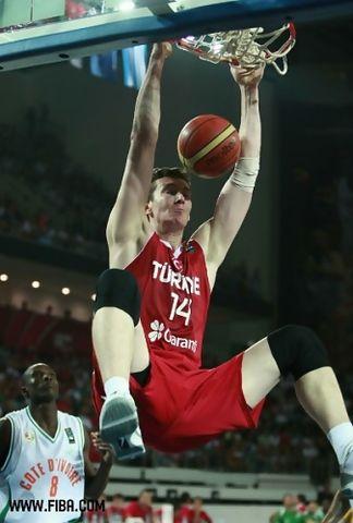Omer Asik hace un mate (Foto: FIBA.com)