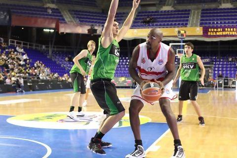 Darryl Middleton tratando de levantar el balón (Foto: M.A. Chazo - FCBQ)