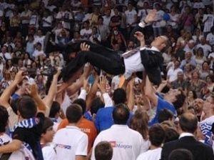 Paco Olmos fue manteado en el regreso a la ACB de Menorca (Foto: Menorca Básquet)