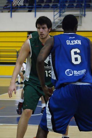 Miguel Lorenzo defendiendo a Robert Glenn (foto Melilla Baloncesto)