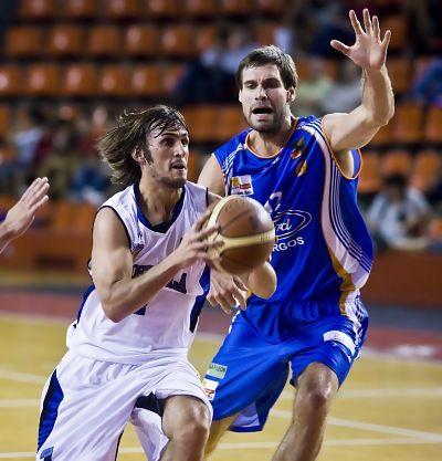 Jorge Fernández dejando atrás a su defensor (Foto: Alberto Rodríguez/Diario de Burgos)