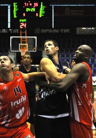 Lucha por el rebote (Foto: Palencia Baloncesto)