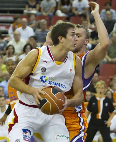 Brandon Kurz juega al poste con Dusko Savanovic (Foto: David Zaragoza)