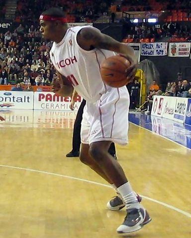 Rodney White encarando el aro