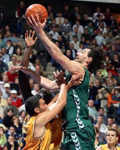 Garbajosa anotando sobre la defensa rival (Foto: Unicaja B. Fotopress)