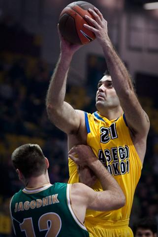 Ratko Varda tira de dos (foto: Asseco Prokom / Mariusz Mazurczak