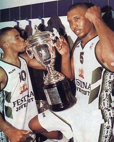 Andre Turner y Tanoka 'Pirata' Beard posando con la Copa del Rey del 97 en León (Foto: Gigantes)