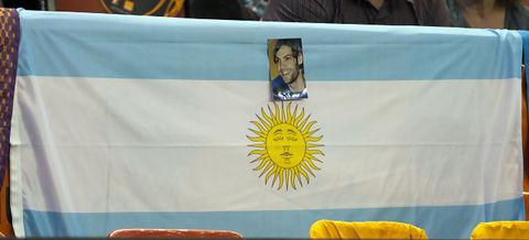 Bandera argentina con foto de Oberto tras el banquillo taronja (Foto: Lafargue)