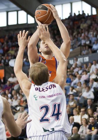 Savanovic, sobre Oleson (Foto: Lafargue)