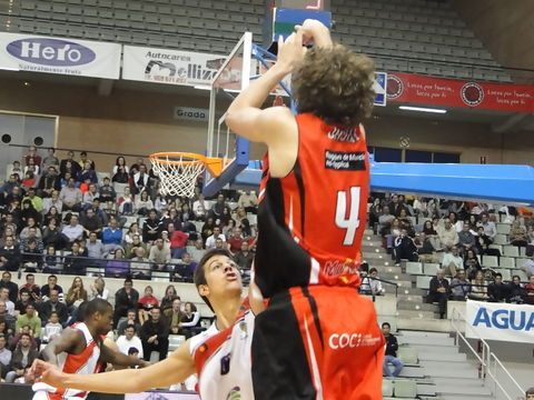 Jasen lanzando un triple. Foto: Daniel Ortiz