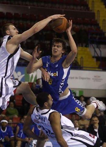 Cajasol tuvo menos problemas de los que se pueden deducir de la imagen para vencer al VEF Riga (Foto: Cajasol)