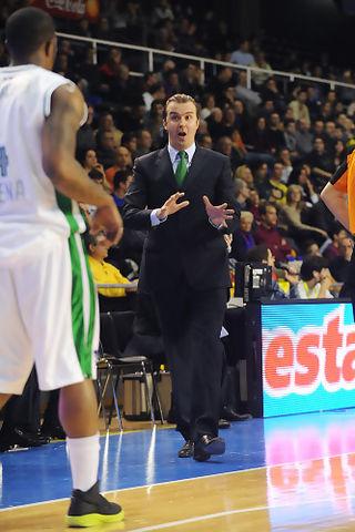 Simone Pianigiani dando instrucciones a Bo McCalebb. (Foto: www.victorsalgado.com)