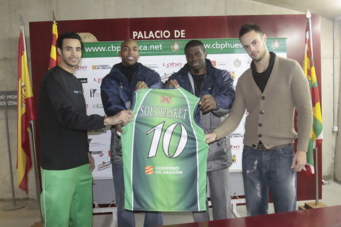 Los jugadores del Peñas Stevie Johnson, Jeff Bonds, Howard Brown y Asier Zengotitabengoa sostienen la camiseta de homenaje a Solobasket