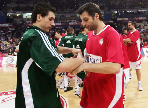 Diamantidis y Papaloukas se saludan antes de un encuentro entre Olympiakos y Panatinaikos / Neoskosmos.com