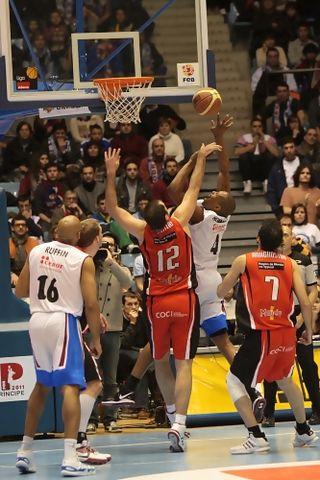 Bernard Hopkins ataca la canasta defendido por Roberto Morentin. (Jorge G. Marques / FEB)