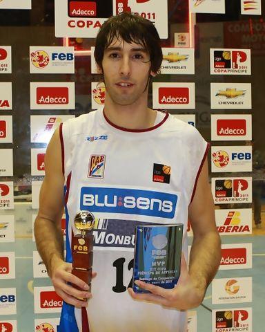 Alberto Corbacho, MVP de la Final posa con sus trofeos. (Foto: Pablo Romero / FEB)