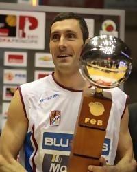 Tuky Bulfoni muestra la Copa Príncipe