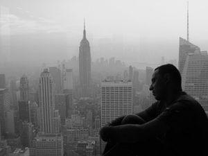 Gonzalo Vázquez con el skyline neoyorkino de fondo
