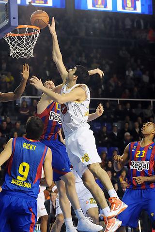 Giorgi Shermadini intenta palmear un balon. Foto: victorsalgado.com