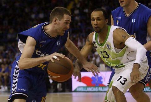 Txemi Urtasun contra Budivelnik en cuartos de Eurocup (Foto: Cajasol)