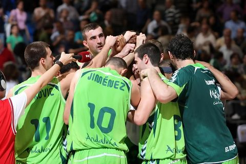 Los jugadores de Unicaja celebran el triunfo (ACB Photo/ Mariano Pozo)