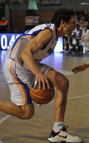 Diego Sánchez en el dribbling  (foto: LCGIL)