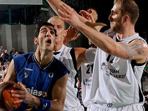 Juan José Triguero, contra la defensa del Kazan, en la final de la Eurocup (foto: Eurocup Basketball)