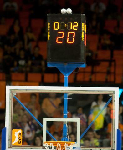 El reloj sobre la canasta, estropeado (Foto: Lafargue)