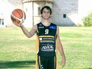 Ander Arruti posando con la camiseta de Araberri