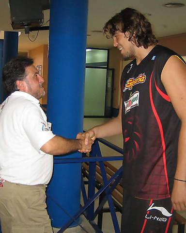 Marc Gasol y Pepu Henández se saludan (Foto: FEB)