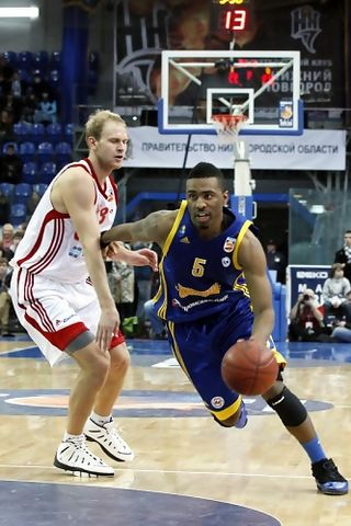 Keith Langford penetrando a canasta (Foto: Grigory Sokolov/pbleague.ru)