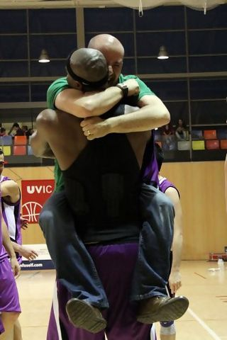 Shay Miller y Víctor Rubio celebrando el ascenso a Plata (foto basquetmaniàtic)