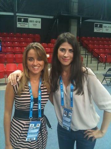 Karina, con la reportera turca Sine Büyüka