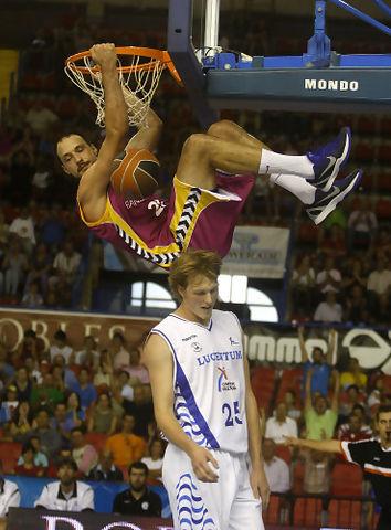 Luka Bogdanovic tras un alley oop, sobre Kyle Singler (ACB Photo / Tolo Parra)