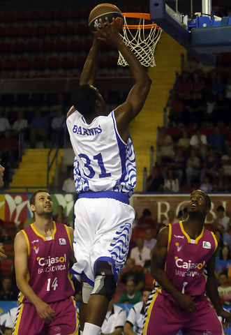 Lamont Barnes entra a canasta contra el Cajasol Banca Cívica (ACB Photo / Tolo Parra)