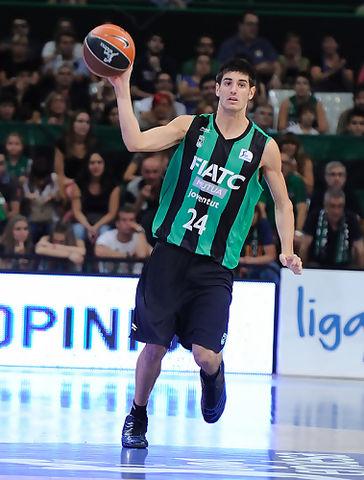 Álex Barrera subiendo el balón
