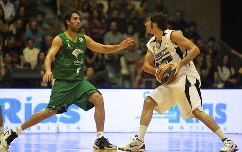 Berni Rodríguez, en la defensa de Corbacho (Foto: ACB PHOTO / Jorge Marqués)