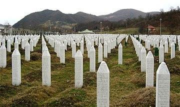 El cementerio en el Memorial de Srebrenica-Potočari y a las Víctimas del Genocidio tras la guerra en Bosnia.