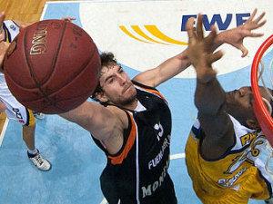 Adrián Laso luce la camiseta negra del Fuenla (foto: FIBA Europe / Ewe Baskets)