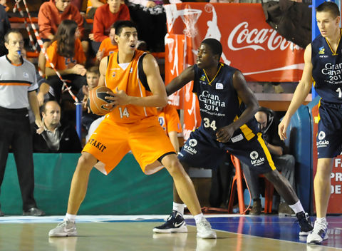 Gustavo Ayón, ante Ekpegirin (foto: LCGIL)